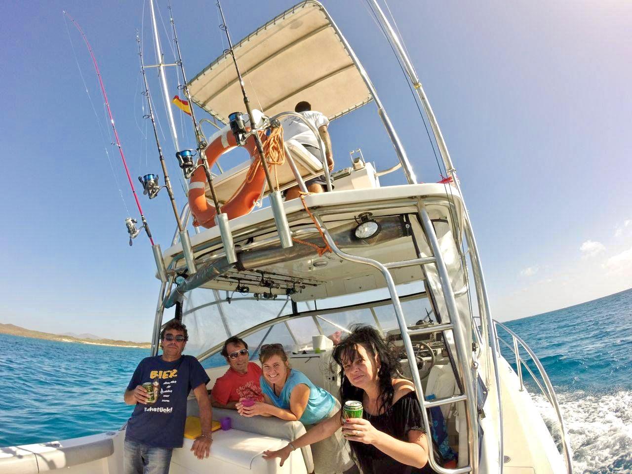 Pesca de alta mar en un barco de pesca deportiva totalmente equipado