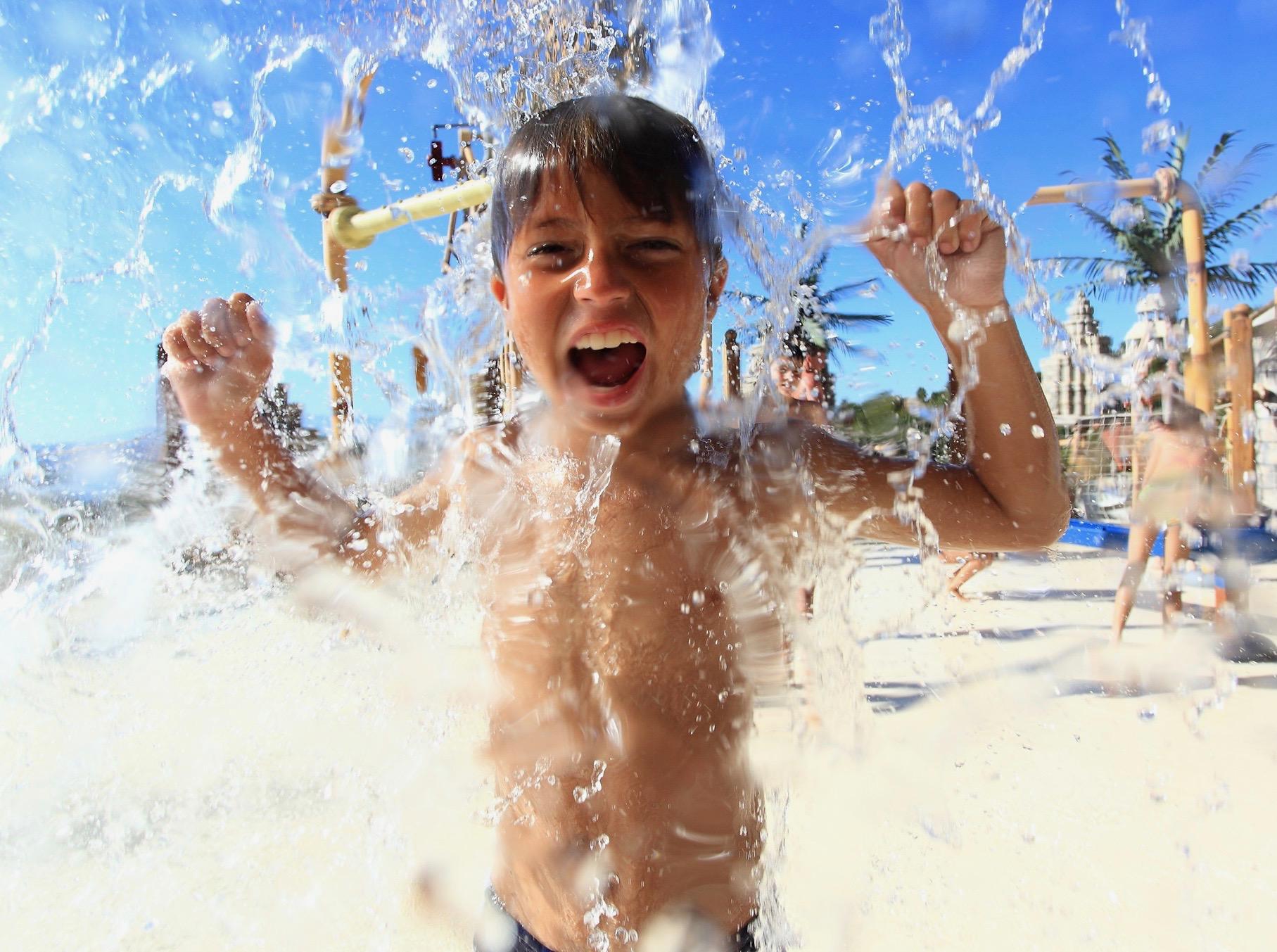 Un niño divirtiéndose bajo el agua en el Siam Park
