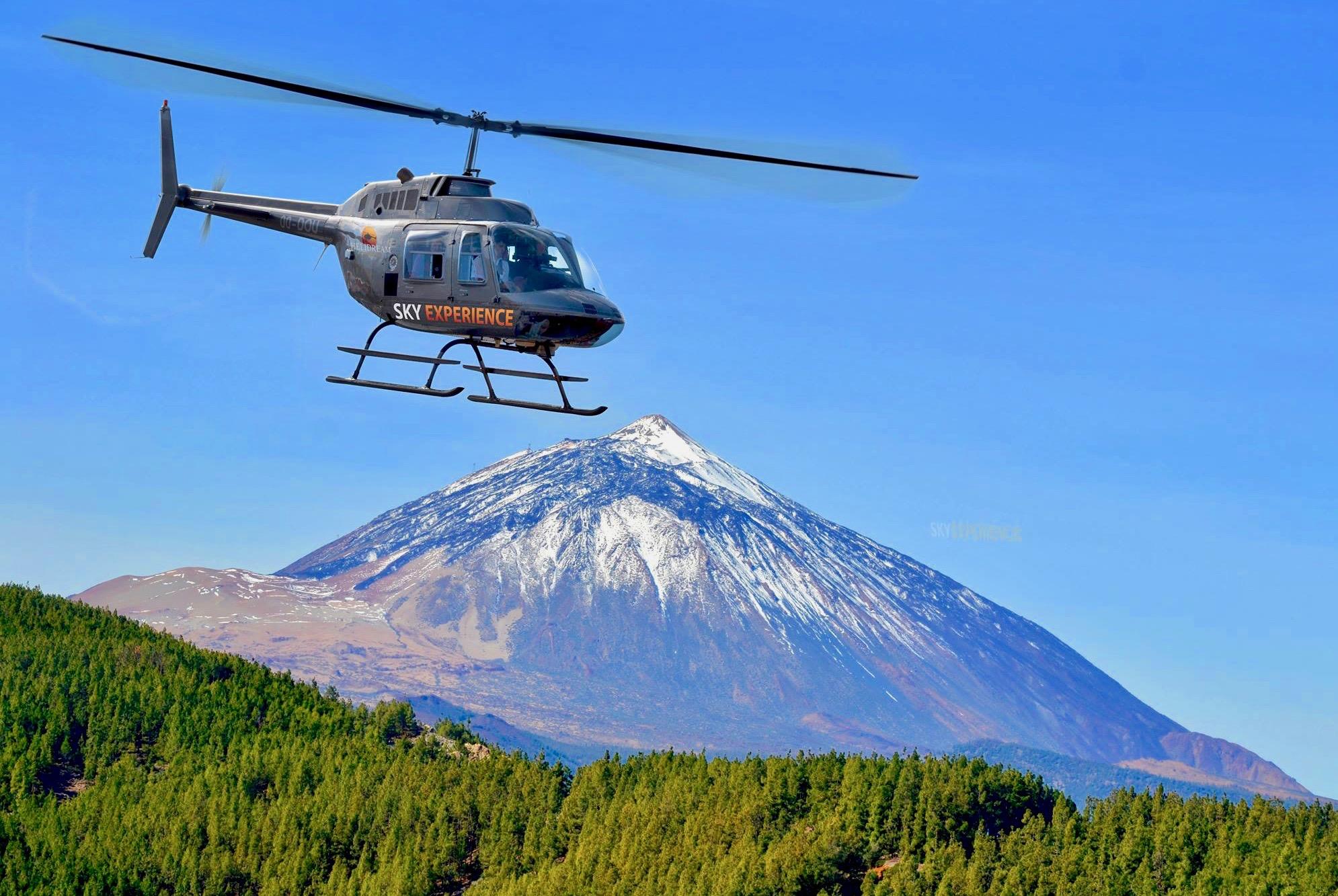 Increíble vista al pico del Teide cubierto de nieve en una excursión en helicóptero