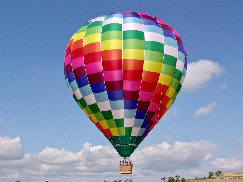 Un globo aerostático que se eleva hacia el cielo ofreciendo una vista fenomenal a sus pasajeros