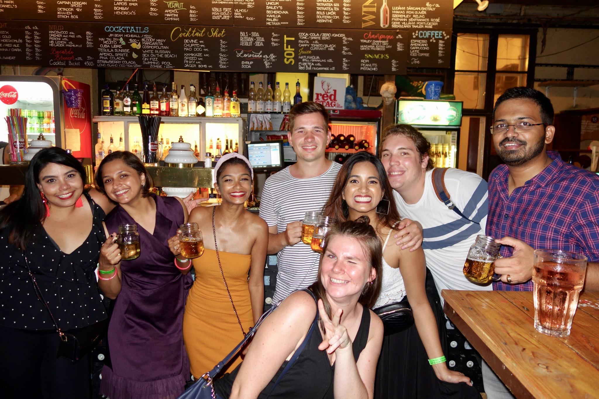Grupo de jóvenes de diferentes nacionalidades que se diviertende marcha por los pubs.