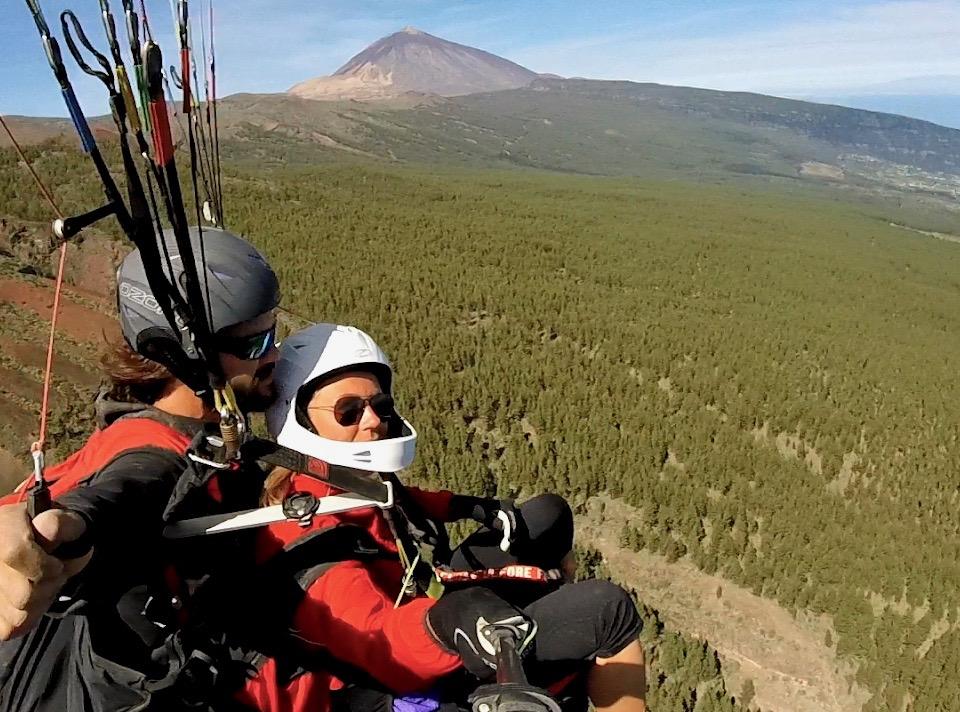 Un instructor de parapente y su acompañante en un vuelo biplaza desde Izaña en el Teide a Puerto de la Cruz.