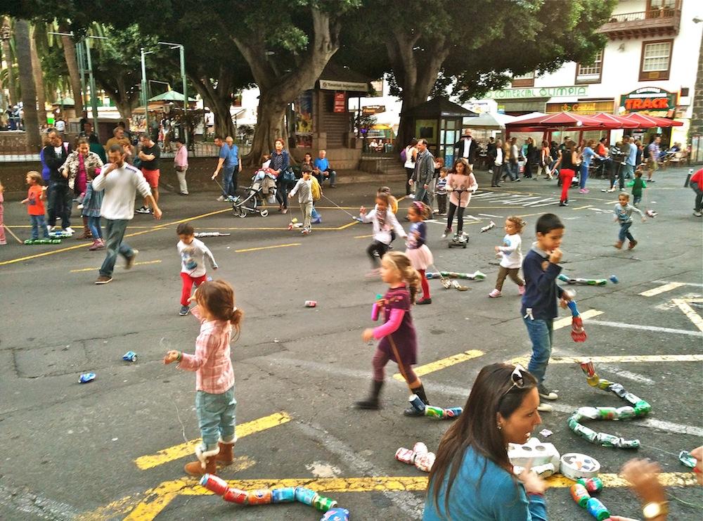 Los niños arrastran cadenas de latas mientras corren