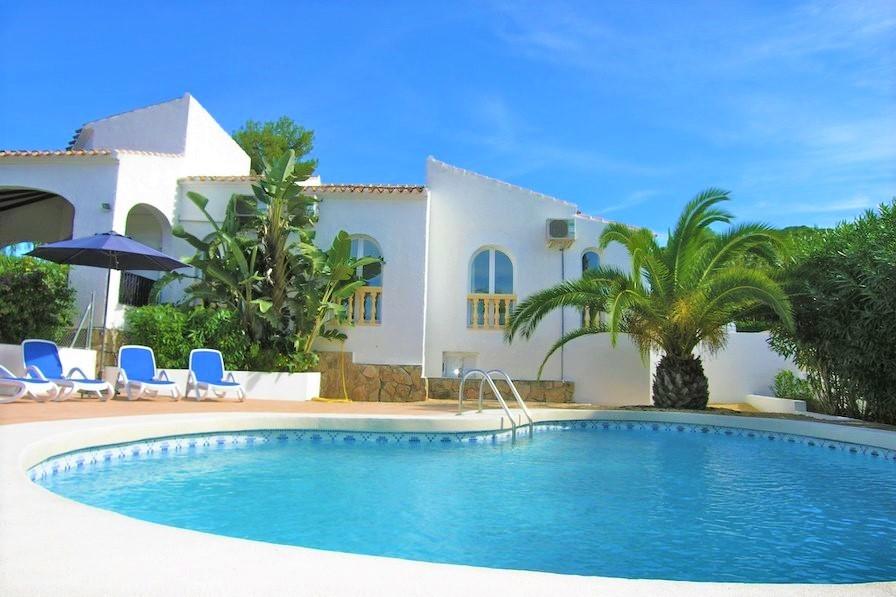 Soleada villa con piscina y palmeras en Tenerife