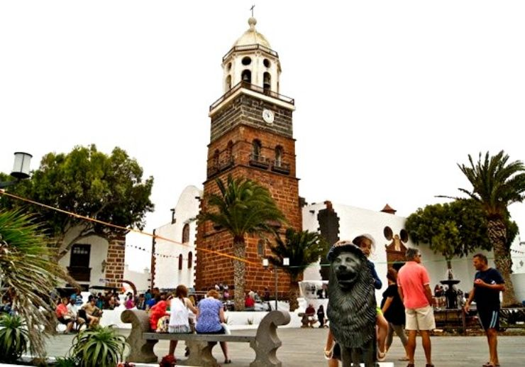 The church and plaza of Teguise Lanzarote jeep tour