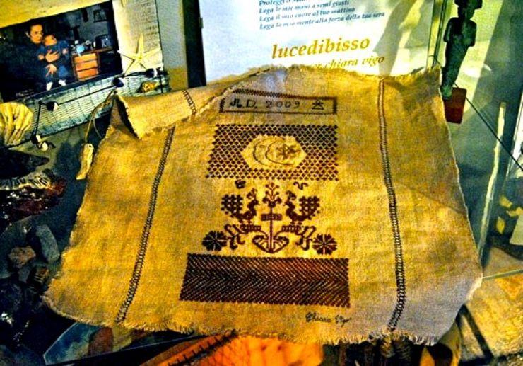 Fine linen from sea silk weaving in Sant'Antioco