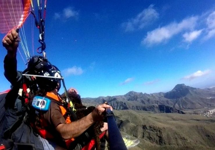 Watch Tenerife landscapes while paragliding