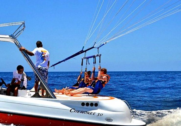 Boat towing parasail in Gran Canaria