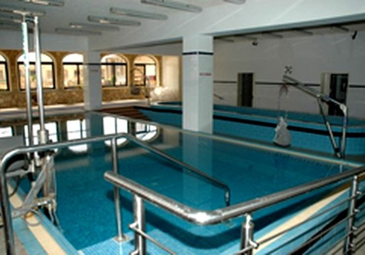 Disabled friendly swimming pool for diving courses